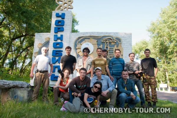 """Групповое фото у стелы """"Чернобыль"""""""